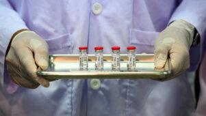 Saksa geneetiku arvates ei peaks COVID-19 vaktsiinist keeldujatele arstiabi osutama