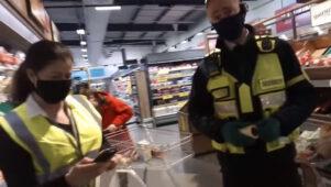 Inglismaa supermarketis taheti maski mitte kandnud mehele kollast kleepsu peale kleepida